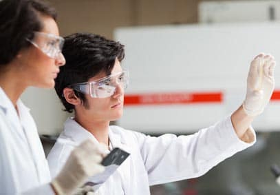 2 scientifiques qui observent un tube à essais