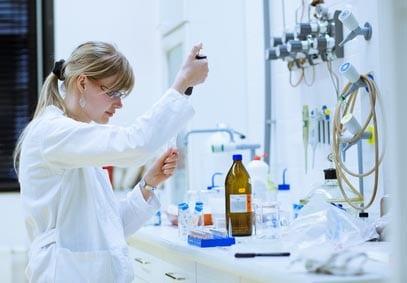 Chercheuse qui travaille dans un laboratoire