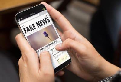 "Smartphone affichant un article intitulée ""Fake news"""