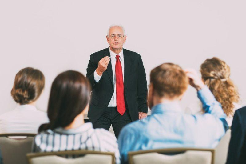 Homme improvisant un discours