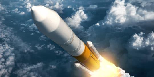 Fusée au-dessus des nuages. Nouveaux matériaux pour le spatial.