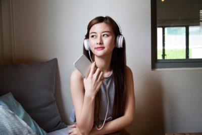 Jeune femme écoutant un podcast de science