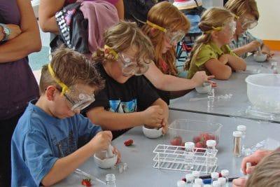 Des enfants en atelier scientifique