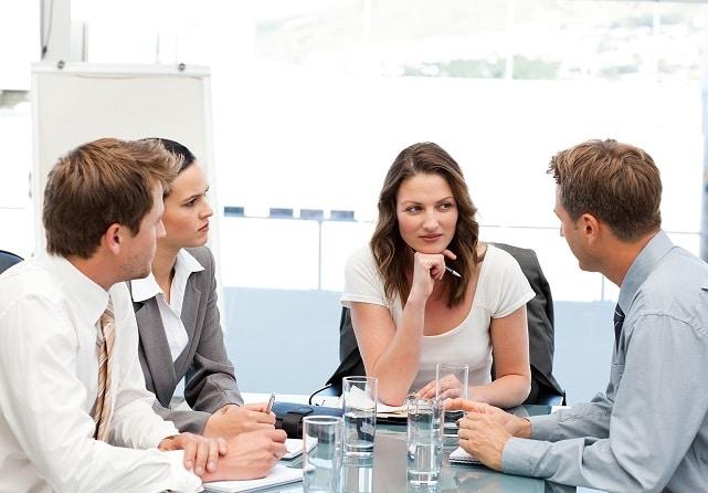 collègues qui débattent entre eux pendant une réunion