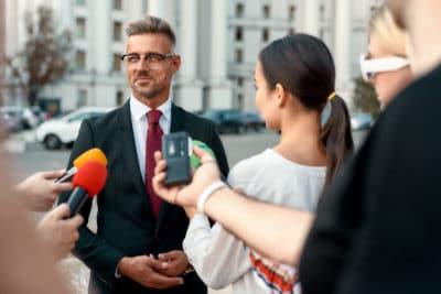 Homme répondant aux questions des journalistes. Comment la communication scientifique peut aider la communication politique ?