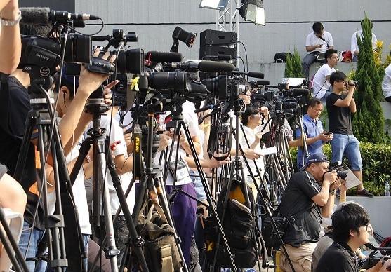 Nombreux journalistes qui filment un évènement important