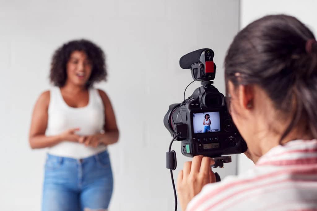 Une femme qui filme une autre femme pour une vidéo