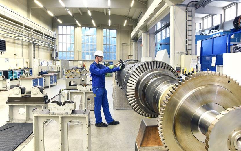 Homme qui travaille dans une usine
