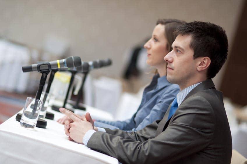2 intervenants d'une conférence
