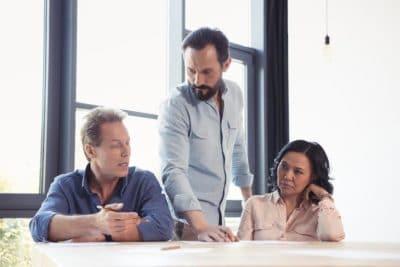 Une équipe de travail ayant une discussion agitée.