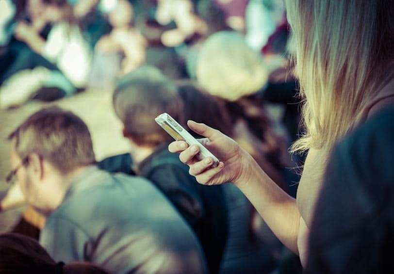 Femme qui tient un smartphone dans sa main
