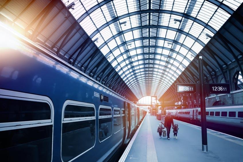 Train à quai dans une gare