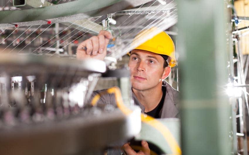 Homme avec un casque de chantier qui travaille dans une usine