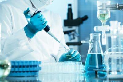 Scientifique dans un laboratoire